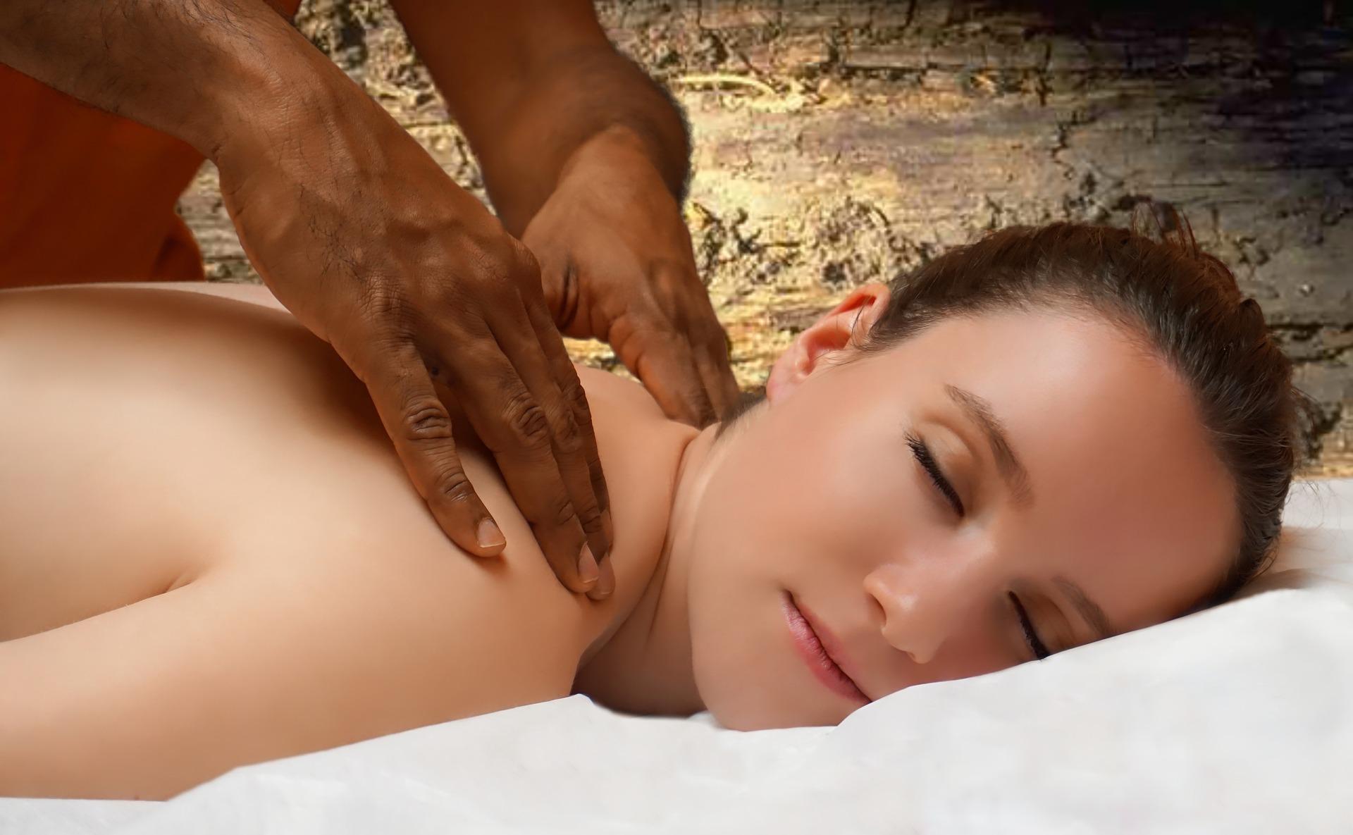Смотреть секс в массажном кабинете грудастой красотки, черный плащ секс эротические игры